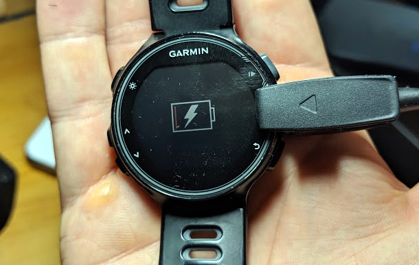A picture showing how the Garmin Forerunner 735XT is being charged.